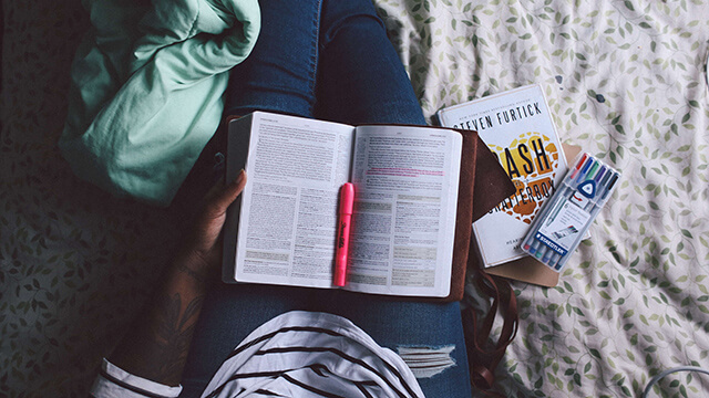勉強する人