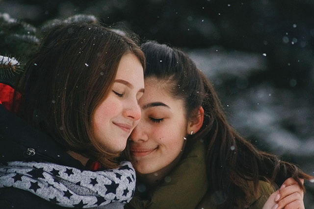 抱き合う人