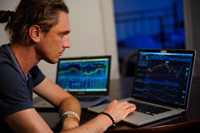 データ分析をする男性